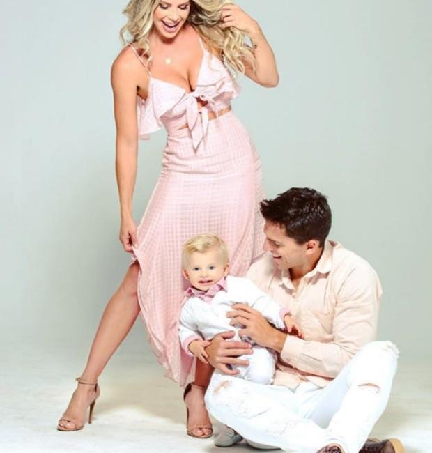 Karina Bacchi e família (Foto: Reprodução/Instagram)