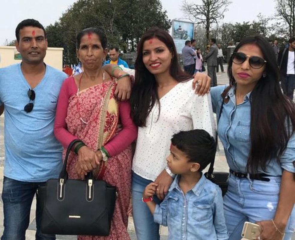 Balaram hoje convive mais a família de Nitu, por causa da rejeição dos pais ao seu casamento. Na foto, aparece com a sogra, a esposa, a cunhada e o filho (Foto: Arquivo pessoal)
