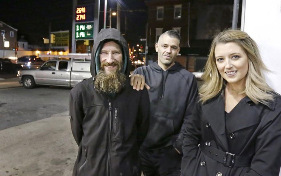 Johnny Bobbitt Jr (esquerda), Kate McClure e o namorado dela, Mark D'Amico, em foto de 17 de novembro (Foto: Elizabeth Robertson/The Philadelphia Inquirer via AP)