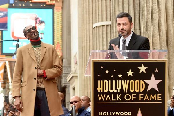 O apresentador Jimmy Kimmel no evento de inauguração da estrela do rapper Snoop Dogg na Calçada da Fama de Hollywood (Foto: Getty Images)