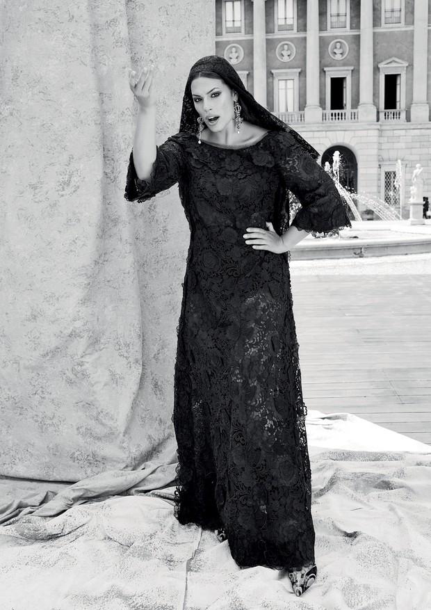 Vestido de macramê de renda coberto por tela de flores de organza e véu de renda e macramê. Coroa e crucifixo cravejados de rubis, safiras multicoloridas e pérolas (Foto: Luca e Alessandro Morelli)