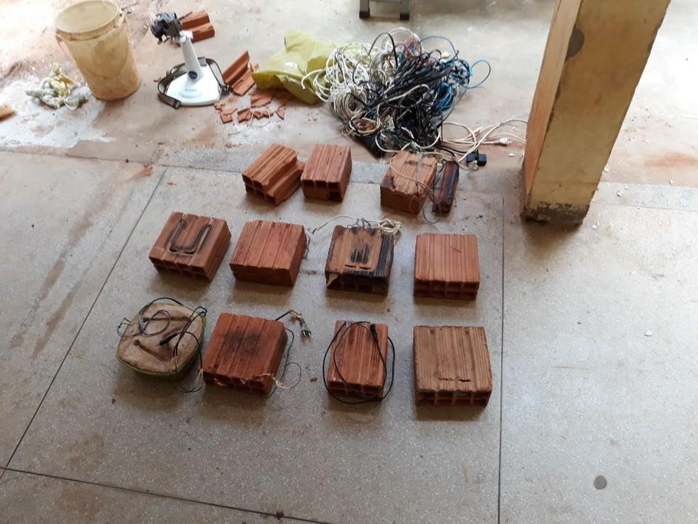 Agentes localizaram fios e carregadores de celular escondidos em tijolos em Penitenciário Industrial (Foto: Arquivo pessoal)