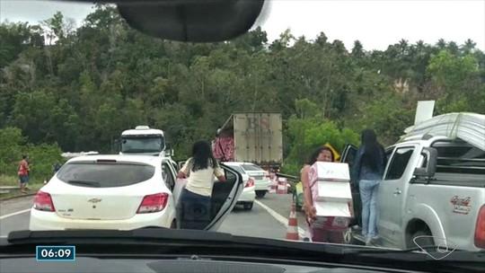 Carga de caminhão é saqueada após acidente na BR-101, em Pedro Canário, ES