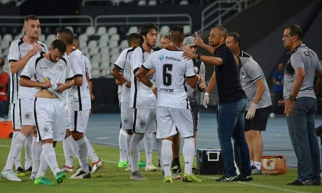 Edson Souza orienta o Resende na parada técnica do jogo em que o time do Sul Fluminense venceu o Botafogo