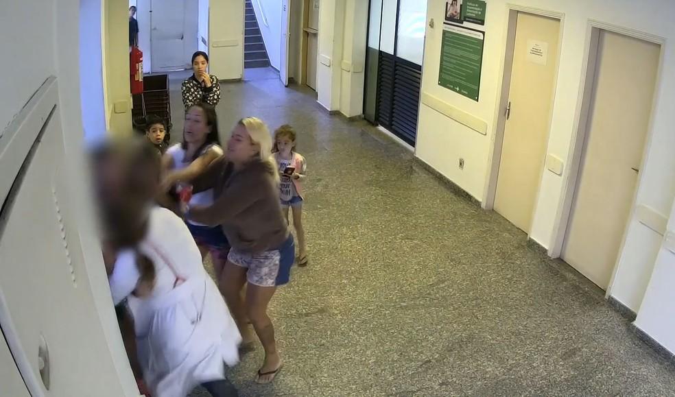 Câmera de monitoramento de um dos corredores da unidade gravou a briga (Foto: Divulgação/Prefeitura de Santos)