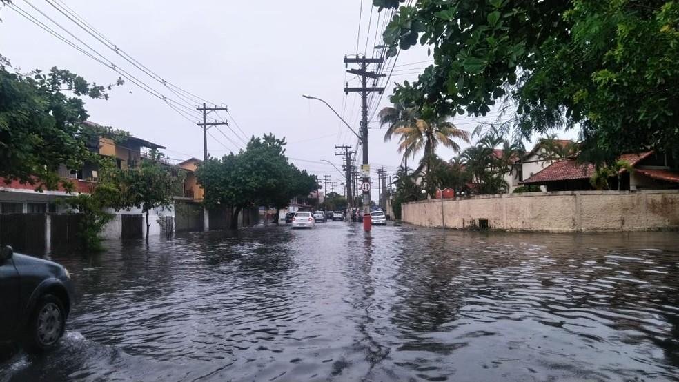 Casas foram invadidas pela água no bairro Ville Blanche — Foto: Paulo Henrique Cardoso/Inter TV