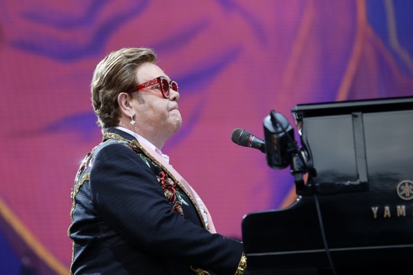 Elton John é homenageado em The Nation's Favorite Song (Foto: getty images)
