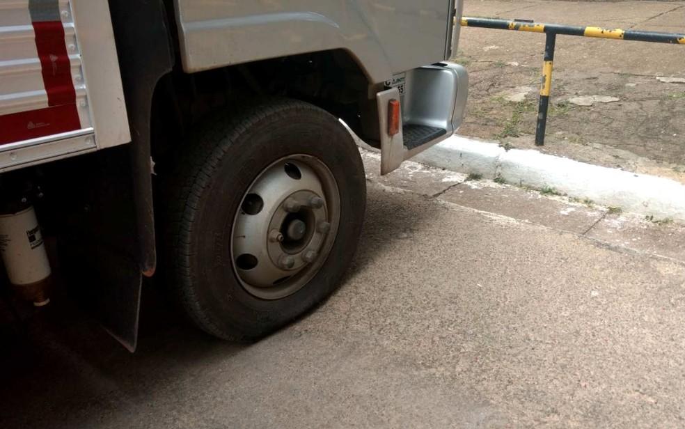 Caminhão teve pneu furado ao tentar sair de escritório do PMDB no Setor Comercial Sul, em Brasília (Foto: Graziele Frederico/G1)