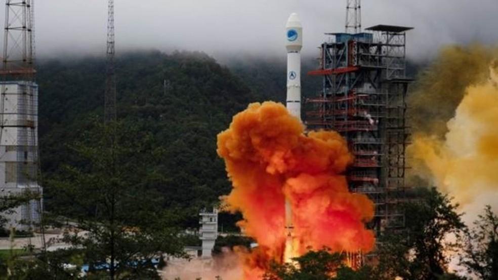 Com o lançamento do foguete Longa Marcha 3B, a China colocou em órbita o satélite número 35 de seu sistema BDS — Foto: Reuters/BBC
