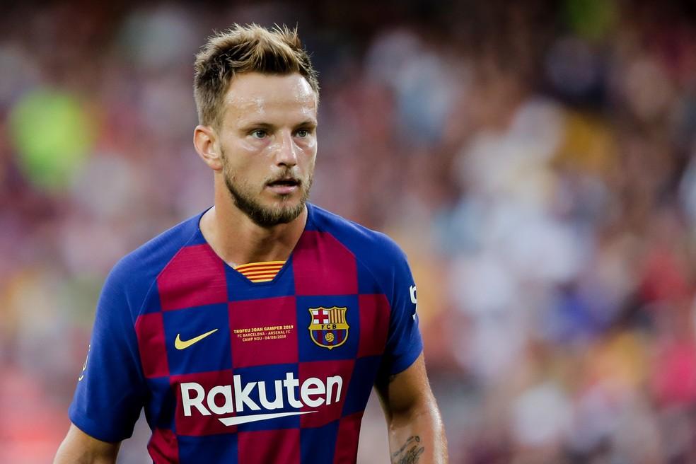 Rakitic estaria incluído em nova proposta do Barcelona ao PSG — Foto: Getty Images