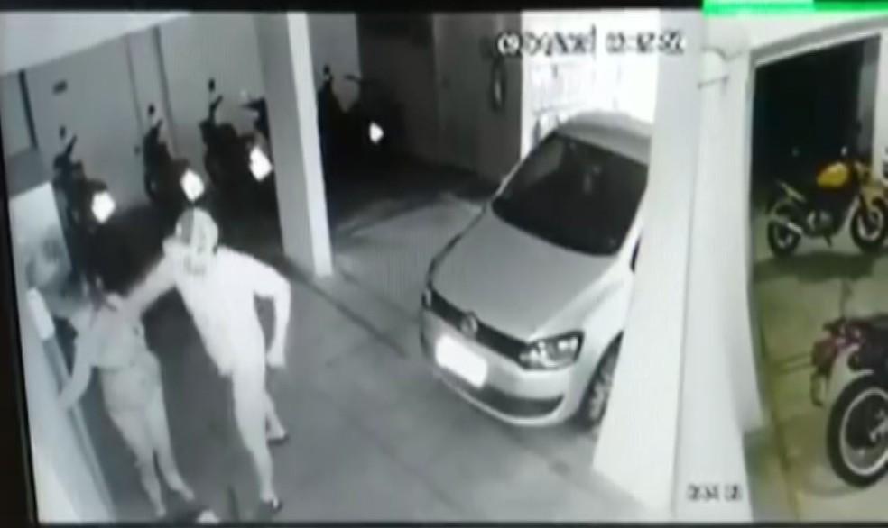 Imagem mostra quando vigilante dá soco em vizinha e ela desmaia em São Vicente, SP — Foto: Reprodução