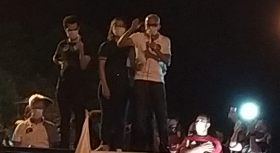 Edvaldo discursa antes da saída da carreata  — Foto: Ana Fontes/Aracaju