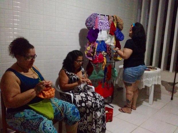 Louise (de pé) produz peças artesanais com apoio da tia e da mãe (Foto: Micaelle Morais/G1)