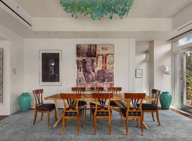 A sala de jantar é ampla e aberta (Foto: Douglas Elliman/ Reprodução)
