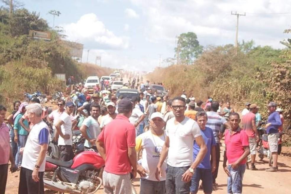Uma fila de carros se formou de um dos lados da estrada por causa do fogo na ponte — Foto: Reprodução/Redes Sociais