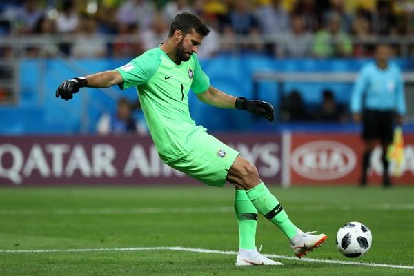 O goleiro brasileiro Alisson em partida da Copa do Mundo (Foto: Getty Images)