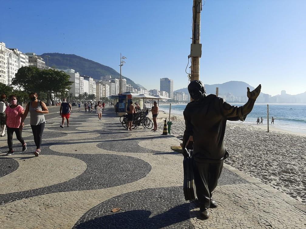 Calçadão no Posto 6 de Copacabana, junto à Estátua de Caymmi, movimentado nesta terça — Foto: Daniel Silveira/G1