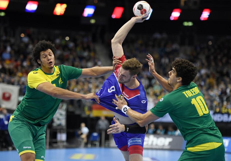 Com grande atuação, Brasil bate a Rússia e fica perto de vaga na segunda fase do Mundial de handebol