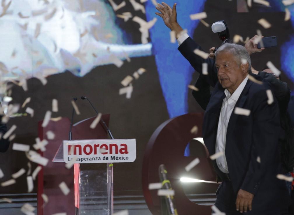 López Obrador acena a apoiadores ao chegar na praça Zocalo neste domingo (1) na Cidade do México — Foto: Moises Castillo/AP Photo