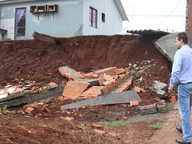 Muro de casa em Rolândia desabou após chuvas constantes (Foto: Divulgação/Prefeitura de Rolândia)