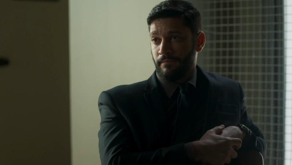 Diogo (Armando Babaioff) oferece propina aos bandidos em troca de acusação — Foto: TV Globo