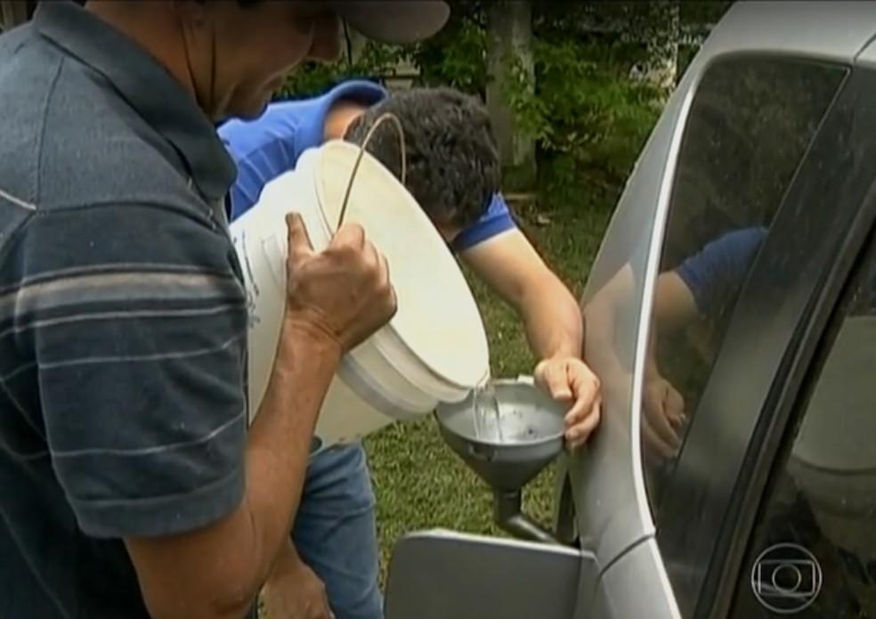 Etanol produzido a partir da cachaça é usado para abastecer carros dos produtores rurais (Foto: Reprodução / TV Globo)