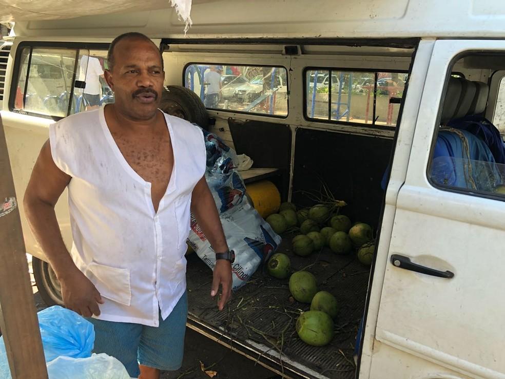 Vendedor de coco diz que nunca viu uma situação tão crítica (Foto: Bruno Albernaz / G1)