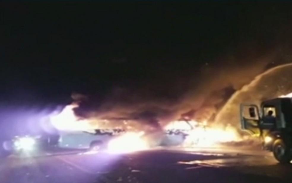 Veículos foram destruídos pelo fogo após colisão, em Catalão, em Goiás (Foto: TV Anhanguera/Reprodução)