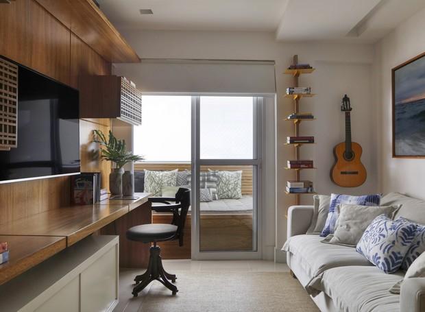 Uma das mudanças estruturais do apartamento foi eliminar paredes de um dos quartos para transformá-lo em escritório (Foto: Denilson Machado/MCA Estúdio/Produção: Aldi Flosi)