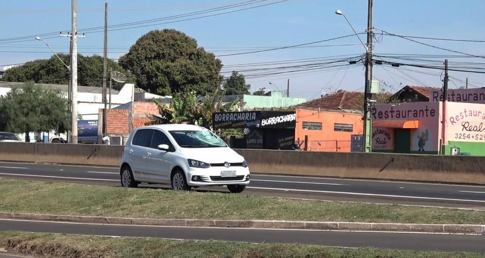 Segundo informações da PRE, jovem pulou mureta que divide as pistas da rodovia e foi atropelado — Foto: Reprodução/RPC