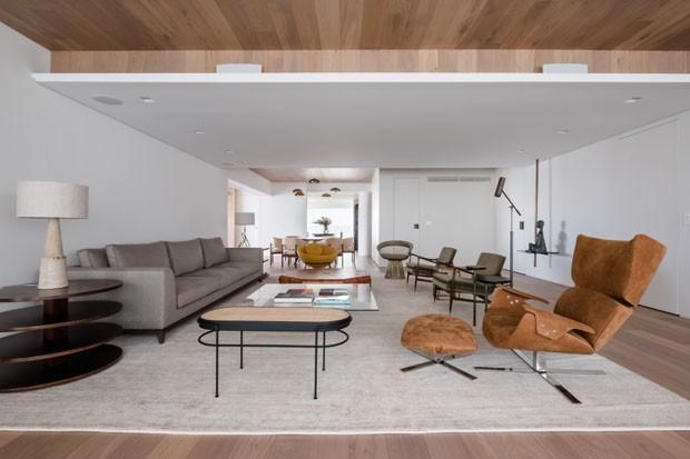 Um apartamento minimalista e atemporal com mobiliário brasileiro (Foto: Divulgação)