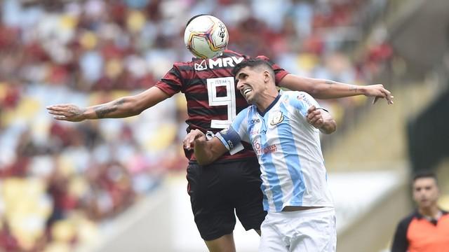 [COMENTE]: O Flamengo deve deixar os garotos disputarem o campeonato carioca inteiro ou mesclar alguns jogos com os titulares?