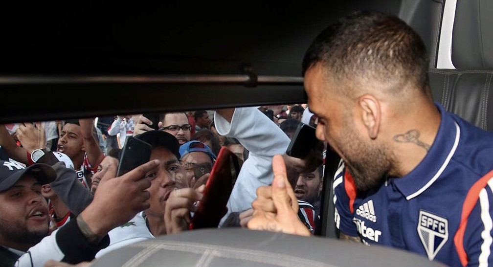 Daniel Alves na chegada a São Paulo — Foto: São Paulo FC / divulgação