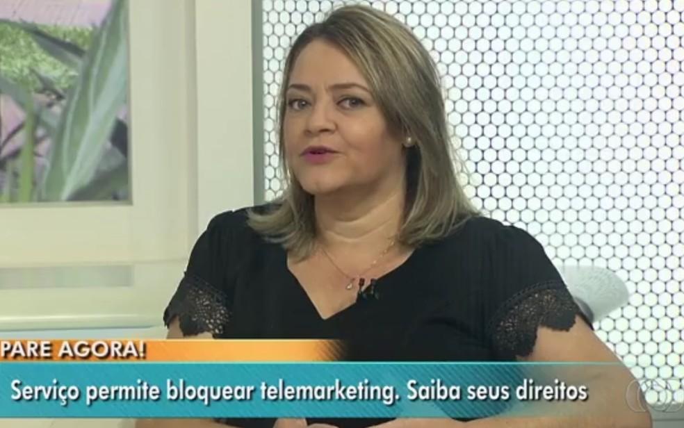A gerente do Procon GO, Rosânia Nunes, explica sobre serviço de bloqueio a operadoras de telemarketing (Foto: Reprodução/TV Anhanguera)
