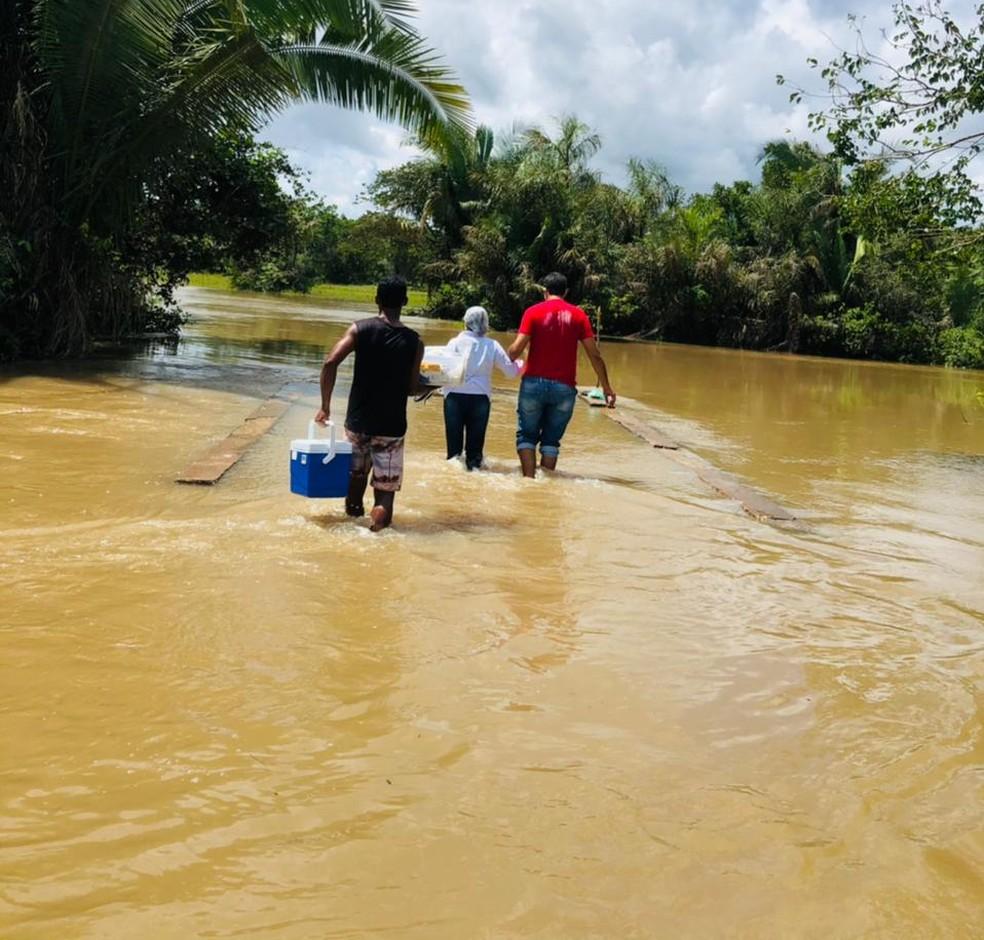 Profissionais de saúde atravessam riacho para vacinar idosos no Piauí — Foto: Arquivo Pessoal/Joana Rocha