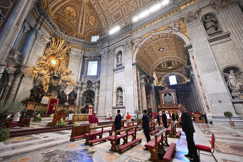 Papa Francisco celebra a missa de Páscoa neste domingo (12) com a Basílica de São Pedro, no Vaticano, com as portas fechadas  — Foto: Andreas Solaro / AFP