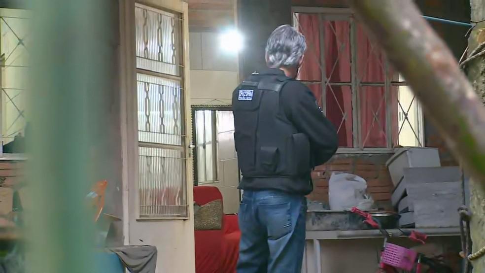 Polícia prendeu a mulher em casa nesta manhã — Foto: Reprodução/RBS TV