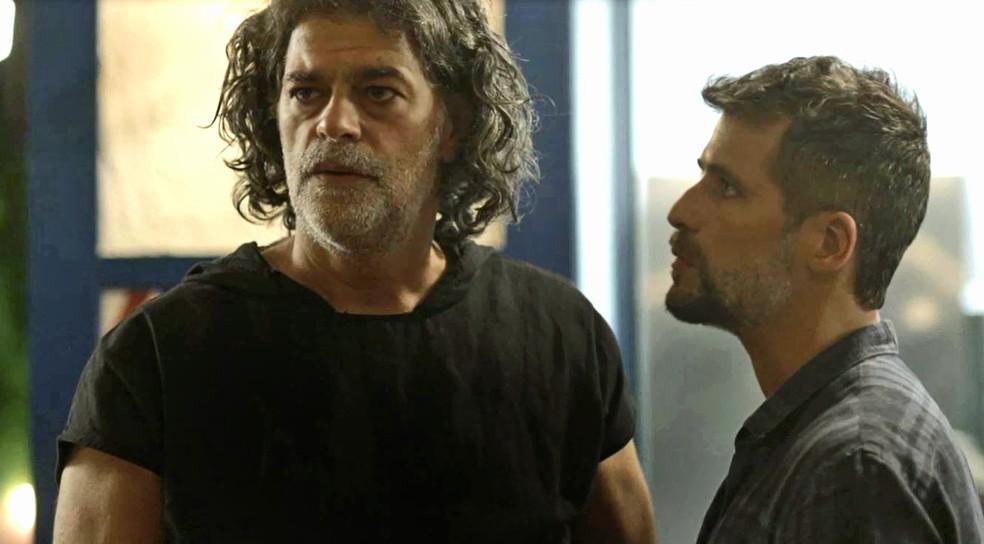 Murilo (Eduardo Moscovis) perde a cabeça com Sampaio (Marcello Novaes) e parte pra cima do capanga, em 'O Sétimo Guardião' — Foto: TV Globo