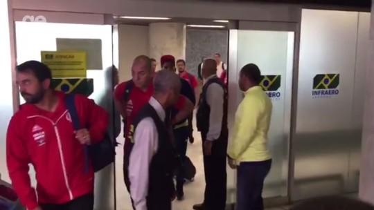 Em desembarque agitado, Fla chega ao Rio com protestos contra Temer