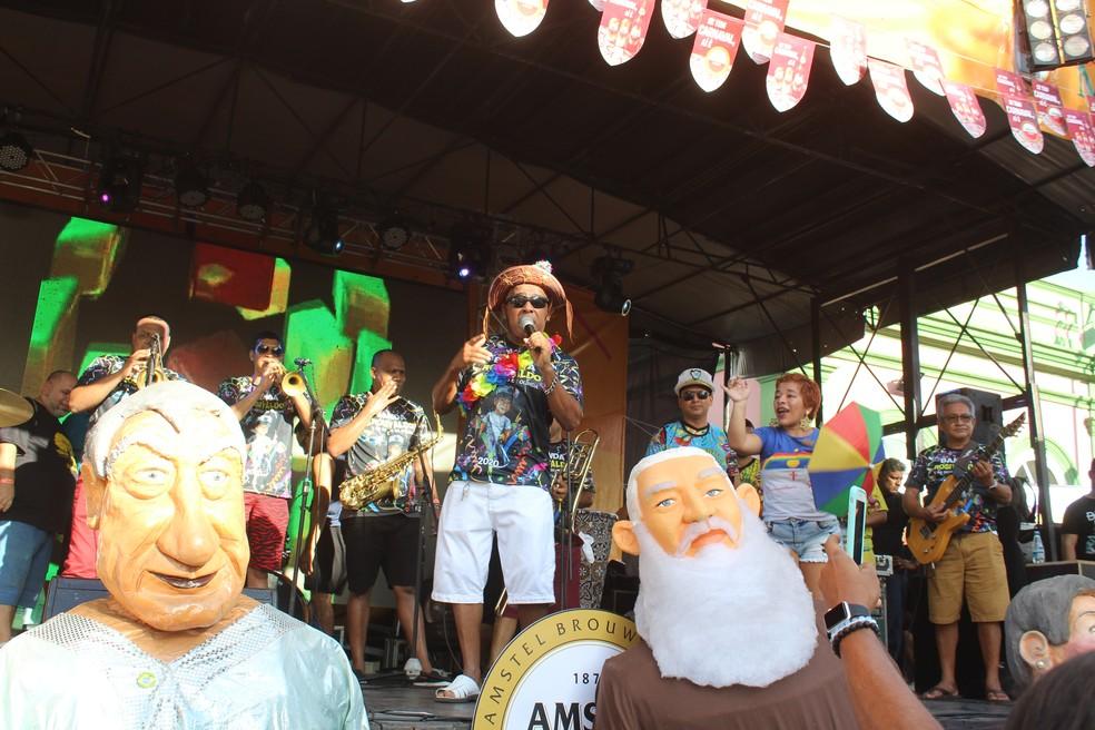 Os tradicionais bonecos gigantes do carnaval estiveram na Banda da Bica  — Foto: Matheus Monteiro/Rede Amazônica