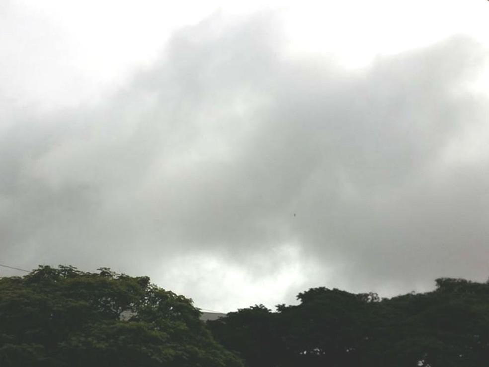 -  Céu com muitas nuvens marcam fim de semana nas cidades do Triângulo Mineiro e Alto Paranaíba  Foto: Caroline Aleixo/G1