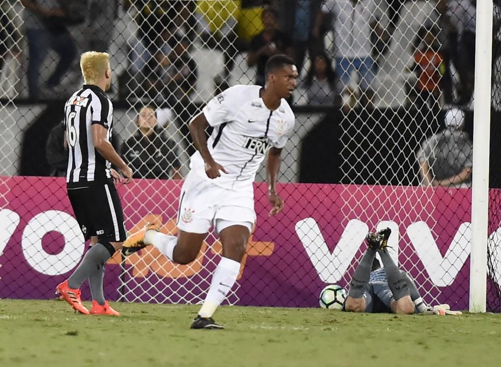 Jô tem tentado ajudar o Corinthians, mas momento ofensivo do time é ruim (Foto: André Durão)
