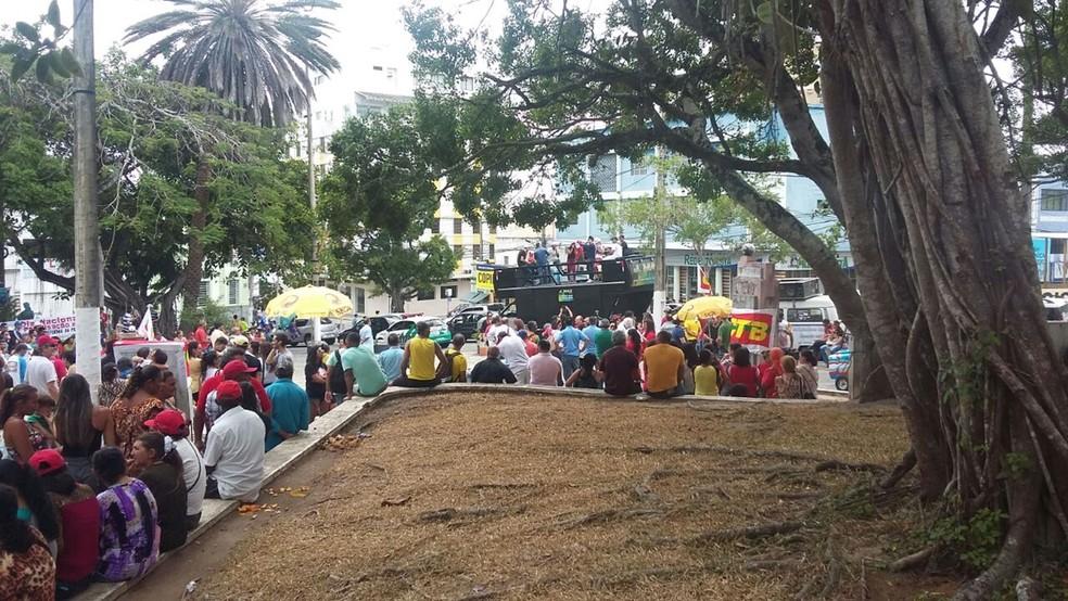 Protesto em apoio à paralisção nacional e contra as reformas trabalhistas e da Previdência aconteceu em Campina Grande (Foto: Marina Cavalcanti/G1)