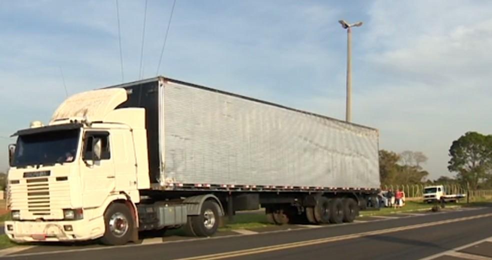 Motorista do caminhão não teve ferimentos (Foto: Reprodução/TV Fronteira)
