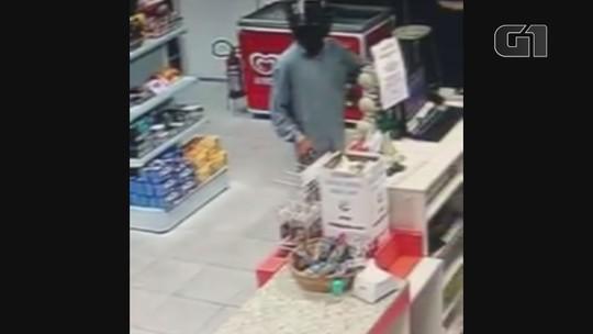 Funcionários e clientes ficam na mira de bandido durante assalto a posto em SP; vídeo