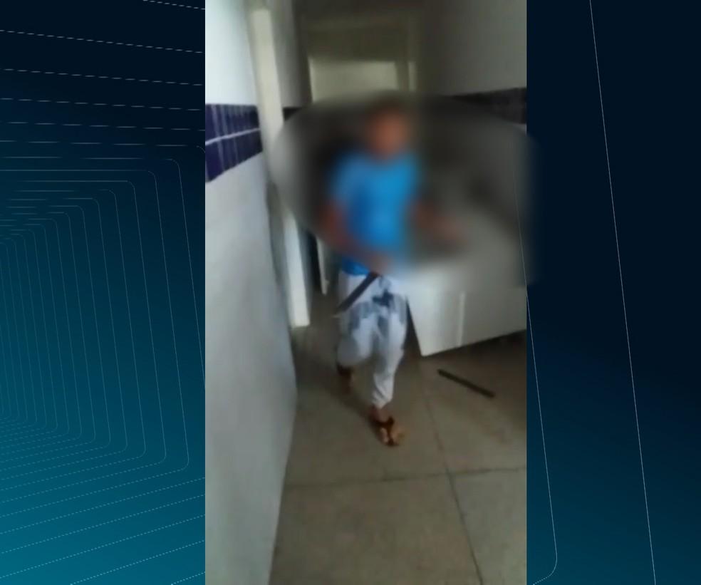 Segundo direção da escola, aluno estava fazendo ameaças com o facão e danificando vários objetos na escola — Foto: Reprodução/TV Paraíba