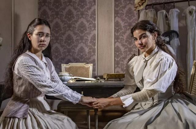 Dolores (Daphne Bozaski) e Pilar (Gabriela Medvedovski) em 'Nos tempos do Imperador' (Foto: TV Globo)