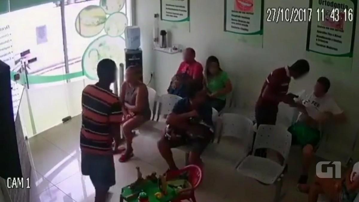 Vídeo mostra dois homens armados assaltando pacientes de clínica em João Pessoa