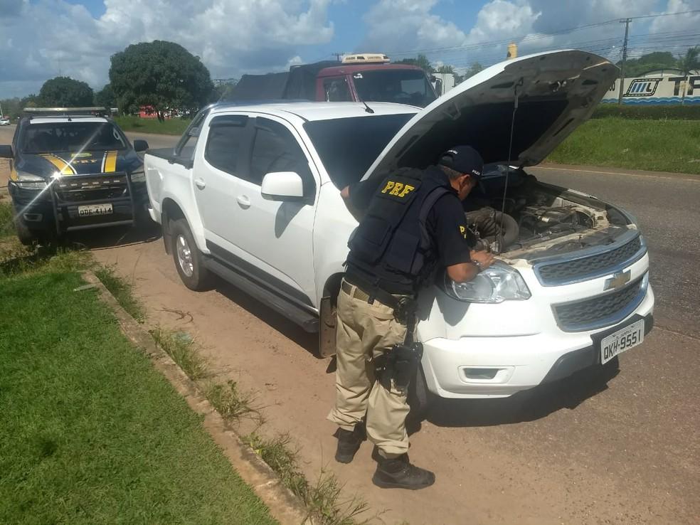 Em Benevides, agente da PRF fiscaliza veículo que foi roubado em Nova iguaçu, no Rio de Janeiro (Foto: Ascom/PRF)