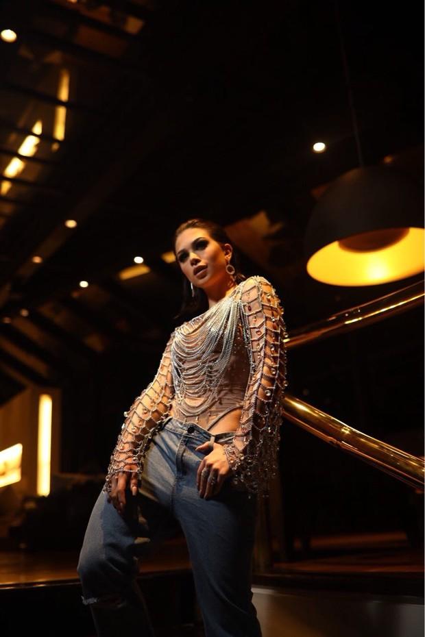 Flavia Pavanelli no look escolhido para aniversário, com styling de Yan Acioli (Foto: Rodolfo Santos)